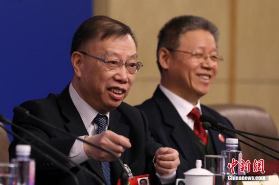 资料图:黄洁夫委员回答记者提问。 <a target='_blank' href='http://www.chinanews.com/'>中新社</a>记者 韩海丹 摄
