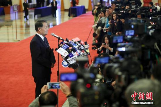 """资料图:两会上的""""部长通道""""。<a target='_blank' href='http://www.chinanews.com/'>中新社</a>记者 杜洋 摄"""