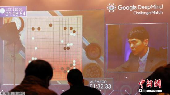 """当地时间3月10日,""""围棋人机大战""""第二局在韩国首尔的四季酒店开赛,结果李世石执白再次中盘落败,阿尔法电脑2-0领先。首战击败人类代表的谷歌人工智能程序""""阿尔法围棋""""(AlphaGo)在10日下午与韩国职业围棋手李世石九段的五番棋第二局对弈中从序盘阶段就不断下出罕见变招。"""