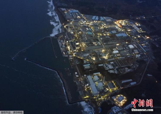 """资料图:当地时间3月10日,""""3-11""""大地震5周年纪念日的前一天,福岛第一核电站在黄昏中停运亮灯的场景。"""