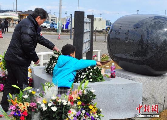 资料图:3・11东日本大地震五周年,宫城县内民众悼念遇难者。(王健 摄)