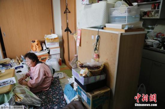 2016年2月9日,80岁的小野田坐在她狭小的公寓里,她曾经的家在受海啸破坏的福岛核电站附近,那是一所很大的房子,有花园,种着蔬菜和牡丹,偶尔她会去山上捡蘑菇和蕨类植物。如今,她与丈夫住在京东城郊结合部的一栋21楼的公寓里。