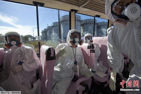 质料图:2011年11月12日,日本政府平易近员同动静记者进进爆发事变的福岛核电站截至实天采访行为。那是福岛核事变爆发以来日本初度答应动静记者进进那座核电站。