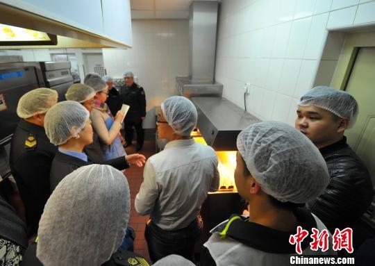 消费者代表进入某快餐企业后堂,零距离了解食品制作流程。刘新 摄