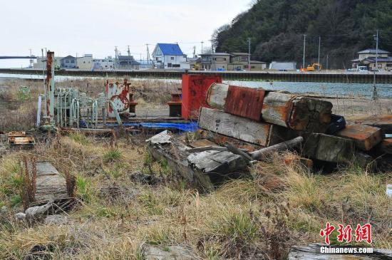 资料图:2016年3月,因东日本大地震引发的海啸导致数千人丧生的石卷市沿海区域,巨大灾难的遗痕至今依然可见。 王健 摄