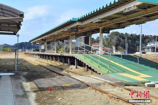"""震灾中损失惨重的野蒜火车站,获官方定为""""震灾遗构""""予以保存。如今早已空无一人的这座废弃车站,向来人无言诉说着当年遭灾的旧事。 王健 摄"""