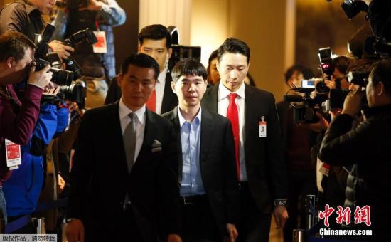3月13日,李世石与谷歌围棋AlphaGo人机五局大战第四局,继续在韩国首尔钟路区四季酒店进行。人类代表李世石在前三局比赛中0-3落后,实际已经提前宣告失利。按照双方赛前的约定,随后两局对局照常举行。今天的第四局比赛,李世石执白终于战胜AlphaGo,为人类也更为他自己赢得一局可以保留颜面的胜利。3月15日12:00(韩国时间13:00),双方最后一局比赛将在同一场地如期开战。