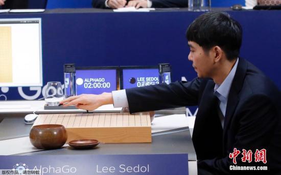 """3月15日,韩国九段棋手李世石与""""阿尔法围棋""""在韩国首尔进行第五场对弈,经过五个小时的博弈,最终李世石输掉了本场比赛,围棋人机大战的总比分为1比4。在与谷歌计算机Alpha Go前三盘的对弈中,李世石以0比3连续失利。3月13日双方进行的第四局比赛中,李世石实现惊天逆转,挽回人类棋手颜面,将总比分改写为1-3。"""