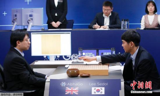 """2016年3月15日,韩国九段棋手李世石与""""阿尔法围棋""""在韩国首尔进行对弈。"""