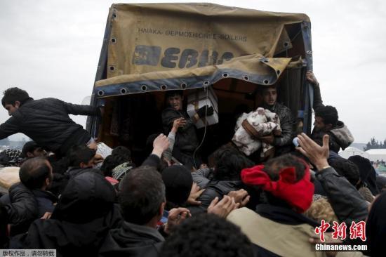 资料图:希腊Idomeni,移民持续滞留希腊与马其顿边境,蜂拥争抢救援物资。