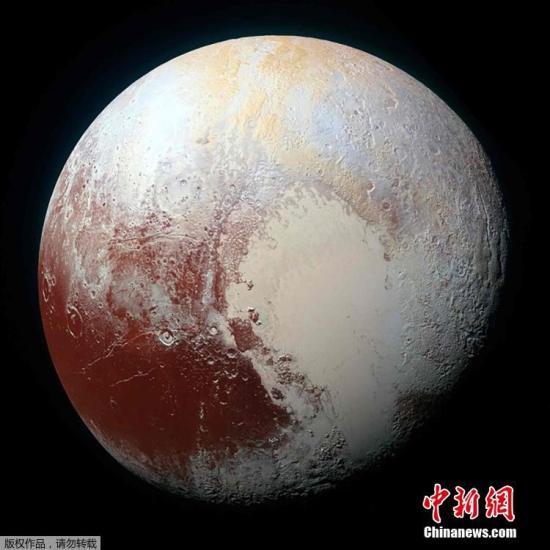 """資料圖:資料圖:當地時間10月17日,NASA""""新視野號""""探測器發回的最新照片顯示,冥王星的表面色彩豐富,也有冰山、平原等多樣化的地形,令科學家驚嘆不已。"""