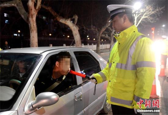 民警用酒精测试仪对驾驶者进行测试。(资料图片) 赵伟 摄