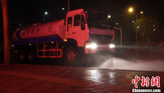 """3月18日,石家庄空气质量为重度污染,在石家庄裕华路,多功能清扫车、压水车与洒水车正在作业。为了提升该市环境空气质量,最大限度减少道路扬尘,市政开始对道路进行""""洗街降尘""""。<a target='_blank' href='http://www.chinanews.com/'>中新社</a>记者 韩冰 摄"""