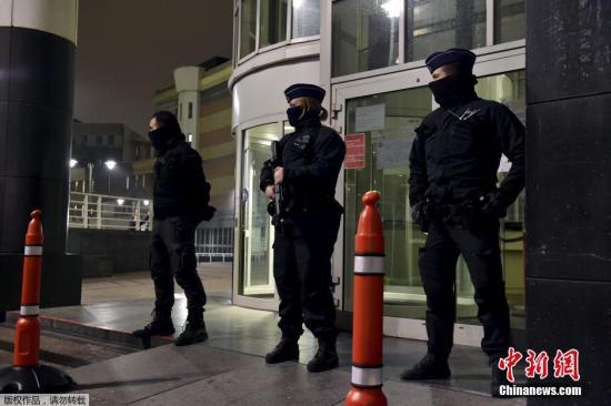 当地时间3月18日,比利时布鲁塞尔,巴黎恐怖袭击在逃嫌犯萨拉赫·阿卜杜勒-萨拉姆及其1名同伙被捕。图为当地一家医院的入口处,比利时警员严加看守,萨拉赫·阿卜杜勒-萨拉姆被暂时关押在此。