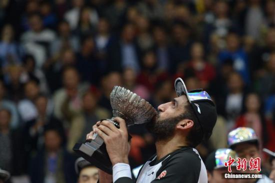 资料图:哈达迪曾代表四川金强获得CBA总冠军并荣膺MVP。<a target='_blank' href='http://www.chinanews.com/'>中新社</a>记者 张浪 摄