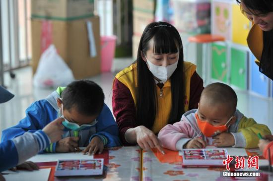 资料图:患白血病的患儿们在医院上课。中新社记者 任东 摄