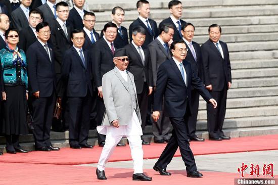 3月21日,国家国务院总理李克强在北京公民大礼堂东门外广场举办仪式,欢送来华停止正式拜访并排席博鳌亚洲论坛2016年年会的尼泊尔总理奥利。中新社记者 盛佳鹏 摄