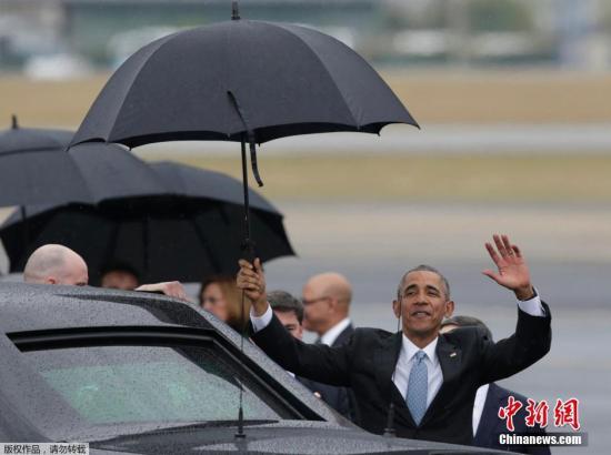 当地时间3月20日,美国总统奥巴马(前)抵达古巴首都哈瓦那何塞·马蒂机场。美国总统奥巴马20日下午抵达古巴首都哈瓦那开始访问。这是1928年以来首位访问古巴的美国在任总统。
