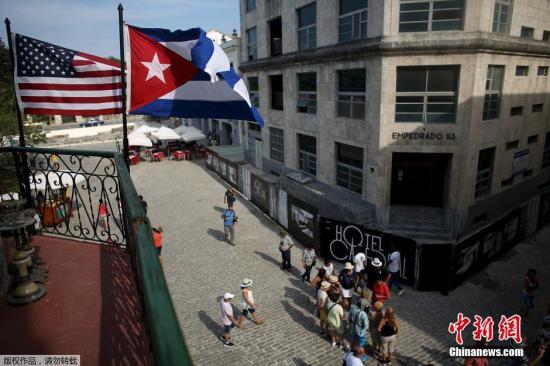 美国和古巴的旗帜飘扬在一家餐馆的阳台上。