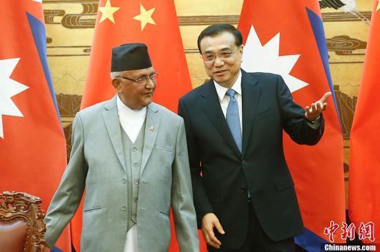 3月21日,国家国务院总理李克强在北京公民大礼堂同来华停止正式拜访并排席博鳌亚洲论坛2016年年会的尼泊尔总理奥利举办会谈。谈判后,两国总理独特见证了交通、跨境商业、动力、金融等范畴多个双方合作文件的签订。中新社记者 盛佳鹏 摄
