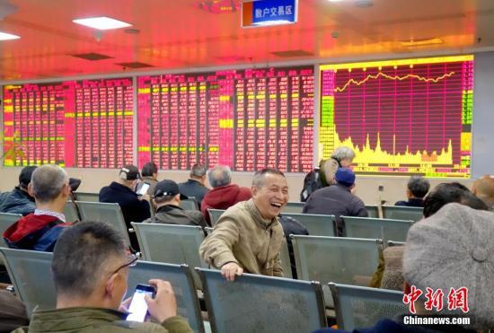资料图:成都某证券交易大厅内,股民脸上露笑容。中新社记者 刘忠俊 摄