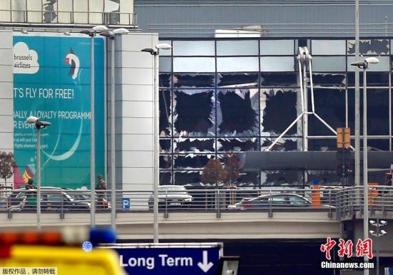 2016年3月22日,比利时首都布鲁塞尔机场和地铁站发生连环爆炸恐怖袭击事件。图为爆炸现场画面,机场航站楼的玻璃在强大的冲击波下被震碎。