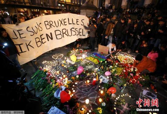本地时刻2016年3月22日,比利时布鲁塞尔,大众吊唁恐惧袭击的罹难者。