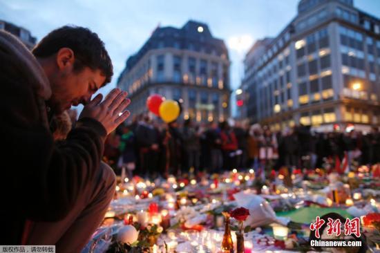 在布鲁塞尔古老的证券交易所外,当地民众继续为恐袭遇难者默哀。