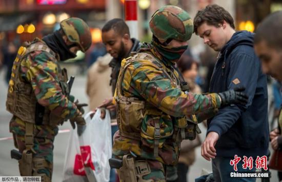 本地时刻2016年3月24日,比利时布鲁塞尔,差人对进上天铁站的搭客停止安检。