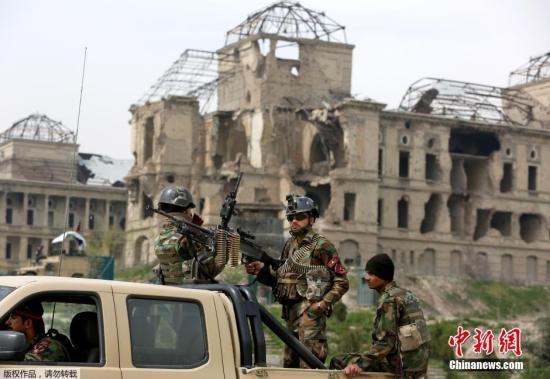 資料圖:阿富汗議會建筑遭到塔利班武裝分子發射的爆炸物襲擊。