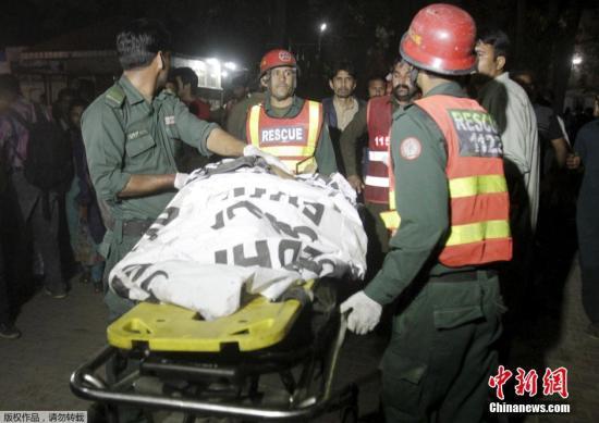 本地时刻3月27日晚,巴基斯坦东部旁遮普省首府拉合尔一公园发作他杀式炸弹攻击,形成严重职员伤亡。停止今朝殒命人数为数十人,还有306人受伤。巴基斯坦塔利班一分支组织讲话人对本地媒体称,他们动员了这次攻击。