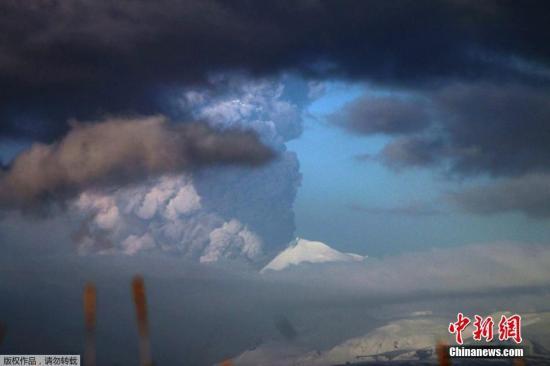 资料图:2016年3月28日消息,美国阿拉斯加阿留申群岛,巴甫洛夫火山喷发,火山灰遮天蔽日。
