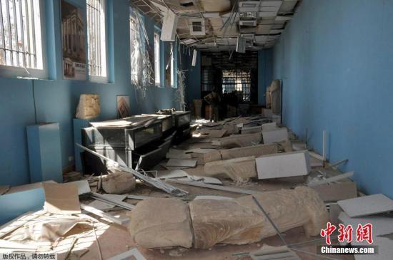 """本地时刻2016年3月27日,叙利亚巴尔米拉,巴尔米拉国度博物遭""""伊斯兰国""""极点分子掠取毁坏后一片散乱。"""