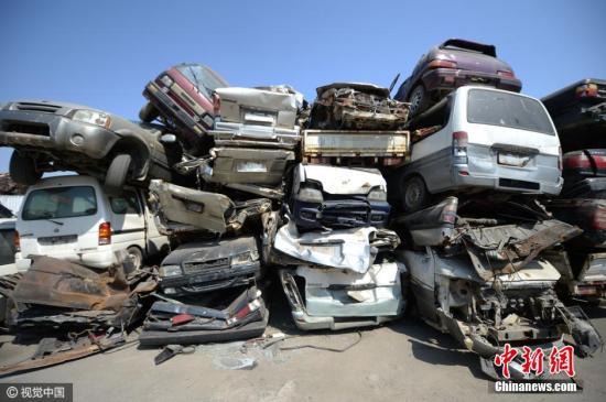 3月28日,位于济南美里湖附近的报废汽车回收拆解中心,救护车、小轿车、洒水车等车辆被大卸八块,堆积如山。近两年钢铁回收价格直线下落,拆解一辆汽车的成本在千元以上,拆解完卖给钢厂也就七八百元,这意味每收一辆小轿车就要亏200元至300元。因此,拆解中心内出现了大批报废车辆堆积成山的局面。图片来源:视觉中国