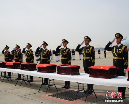 2016年3月31日,中韩双方在韩国仁川国际机场庄严举行第三批在韩中国人民志愿军烈士遗骸交接仪式,交接36位中国人民志愿军烈士遗骸及相关遗物。 中新社记者 吴旭 摄