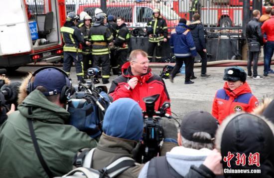 当地时间4月3日,俄紧急救援部工作人员向媒体介绍俄国防部火灾情况。当天俄国防部大楼发生火灾,过火面积达3500平方米。俄罗斯紧急情况部出动250多人和70余台设备参与救火工作。目前大火已被扑灭。据初步调查结果,此次火灾或是由大楼内部电路故障引起。 <a target='_blank' href='http://www.chinanews.com/'>中新社</a>记者 俄罗斯分社 摄