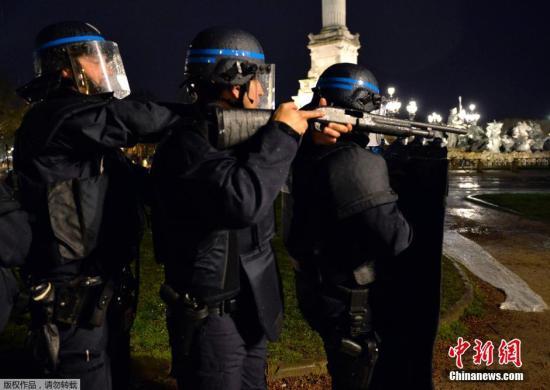 """当地时间2016年4月4日,法国波尔多,法国警察在""""球迷区""""参加模拟恐袭演习,备战2016年法国欧洲杯安保。"""