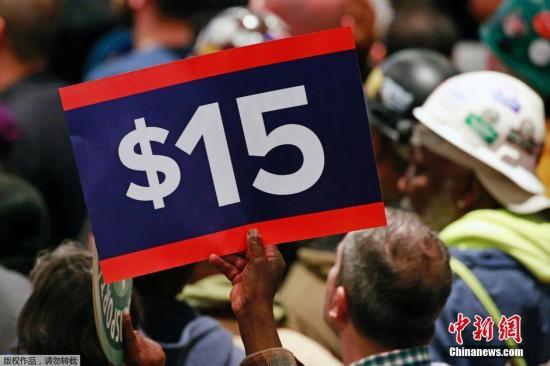 当地时间2016年4月4日,美国加州洛杉矶,加州州长Jerry Brown签署法案,将上调加州最低工资标准至每小时15美元。与此同时,纽约州州长Andrew Cuomo也签署法案,将逐步上调纽约最低工资标准至每小时15美元。