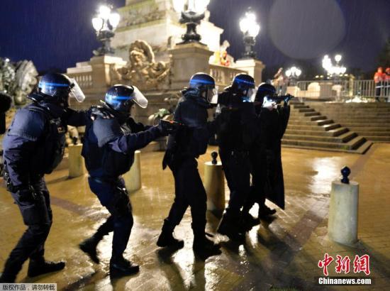 """资料图:当地时间2016年4月4日,法国波尔多,法国警察在""""球迷区""""参加模拟恐袭演习,备战2016年法国欧洲杯安保。"""