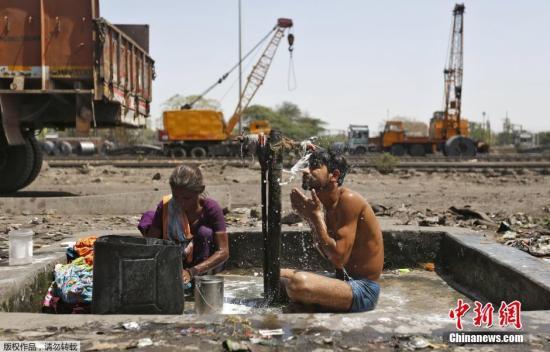4月7日音讯,进入4月份以后,印度多其中央气温疾速爬升,打破40摄氏度。依据民间7日计算,延续约一周的热浪已形成最少66人归天。图为印度艾哈迈达巴德,本地大众在一条铁路阁下的水阀下沐浴洗衣物。