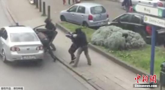 比利时警方表示,当地时间4月9日,警方拘捕多人,怀疑与上月布鲁塞尔连环恐袭案有关。据报道,巴黎警方证实,其中一名疑犯是去年巴黎连环恐袭案被通缉的关键疑犯、31岁的穆罕默德・阿布里尼。