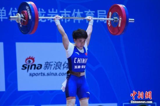 4月9日,在福建龙岩举行的2016全国女子举重锦标赛暨里约奥运会选拔赛48公斤级比赛中,湖南队选手侯志慧以94公斤的成绩获得抓举冠军,以116公斤的成绩获得挺举冠军,并以210公斤的成绩获得总成绩冠军。中新社记者 张斌 摄