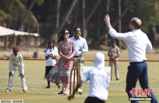 英国威廉王子夫妇访问印度 下场打板球展亲和力