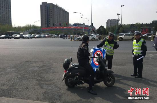 材料图:平易近警正正在执勤。a target='_blank' href='http://www.chinanews.com/' 种孤网/a记者 李泊静 摄