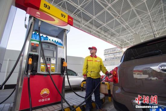 资料图:山西太原一加油站工作人员正在给车辆加油。张云 摄