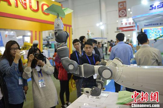 一台会折纸飞机的机器人亮相厦门,吸人眼球。 <a target='_blank' href='http://www.chinanews.com/'>中新社</a>记者 吕明 摄