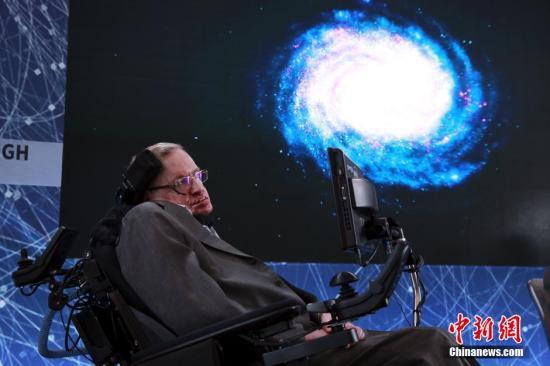 当地时间4月12日,美国纽约,物理学家史蒂芬·霍金联合互联网投资人尤里·米尔纳(Yuri Milner)宣布启动一个新的1亿美元项目,以更好地了解宇宙。该项目的目标是开发数千个邮票大小的纳米小型太空飞船,飞往我们最近的星系,并发回照片。