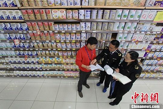 资料图:超市内工作人员在检查。<a target='_blank' href='http://www.chinanews.com/'>中新社</a>记者 张娅子 摄