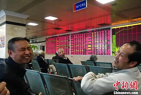 成都某证券交易大厅内,大盘飘红股民笑。 <a target='_blank' href='http://www.chinanews.com/'>中新社</a>记者 刘忠俊 摄