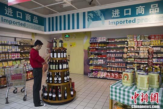 资料图:山西太原,超市员工在整理进口商品。 <a target='_blank' href='http://www.chinanews.com/'>中新社</a>记者 张云 摄